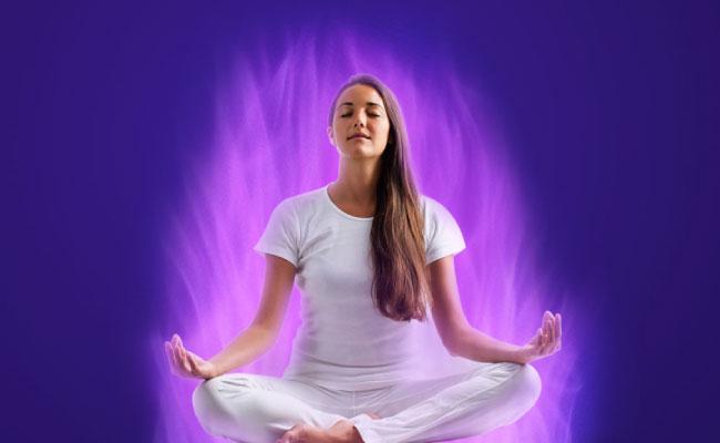 Mujer joven meditando llama violeta